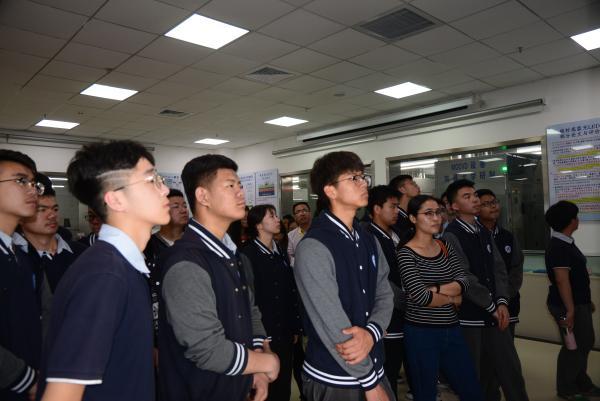 学校组织学生参观南昌大学LED